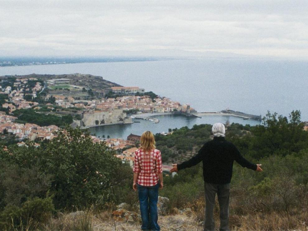 Un homme et une femme, sur une colline surplombant Collioure