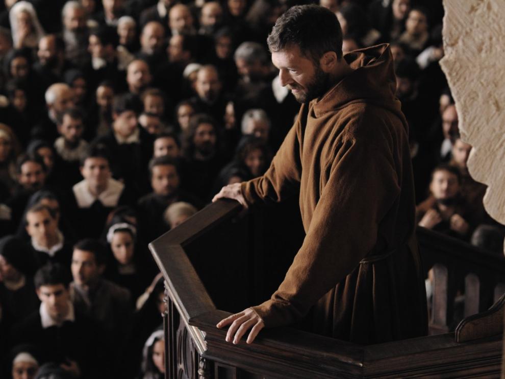 Un moine (Vincent Cassel) s'adresse à une foule depuis la chaire d'une Eglise