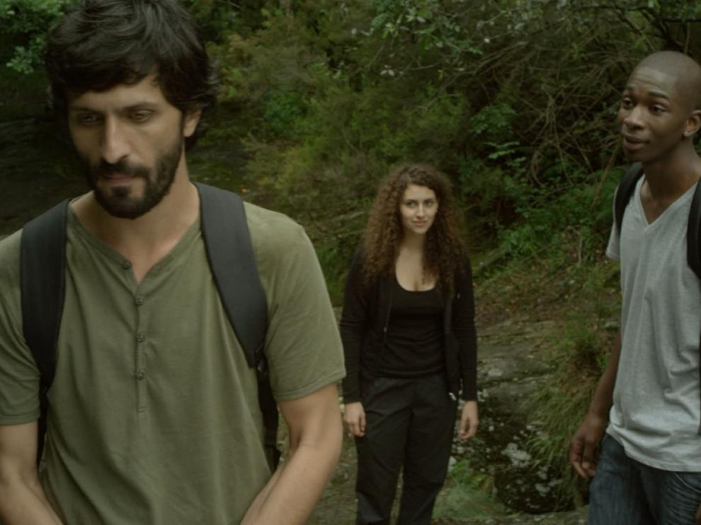 Un homme part dans une direction, derrière lui, un jeune homme et une jeune femme le regardent dubitativement