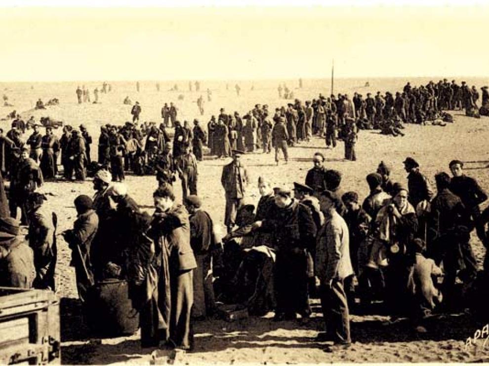 Photo sépia des années 1930 sur laquelle des réfugiés sont en file indienne