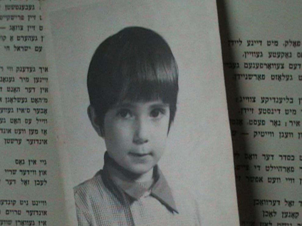 Photo d'un jeune garçon, dans un livre