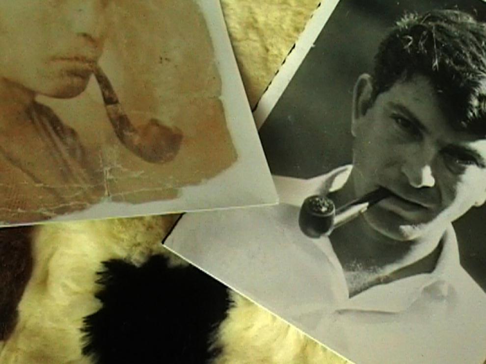 Photos en noir et blanc d'un homme fumant la pipe, posées sur une peau de vache