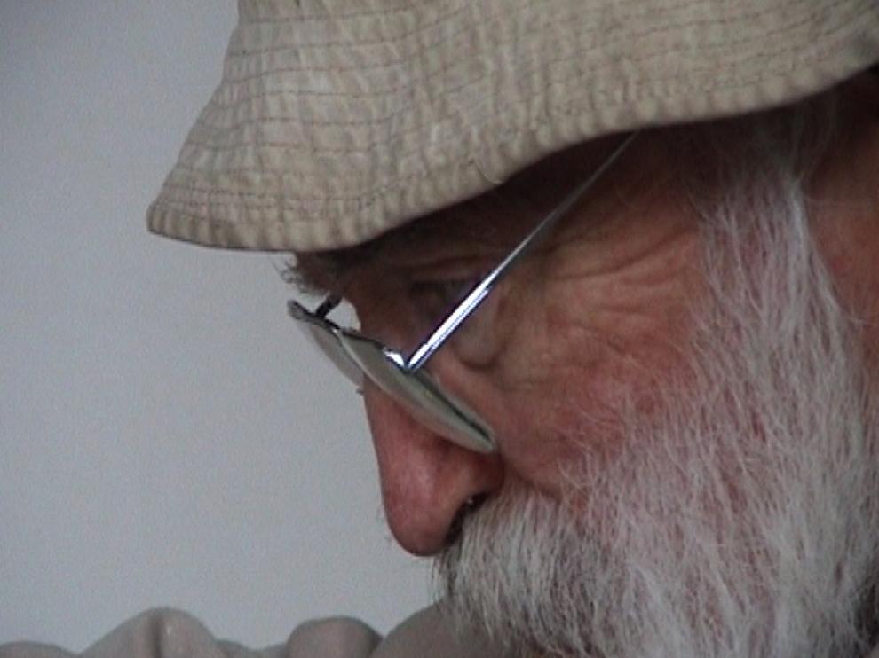 Gros plan sur le visage de Piet Moget, travaillant