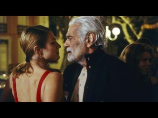 Un homme d'âge mûr et une jeune femme, sur le point de s'embrasser