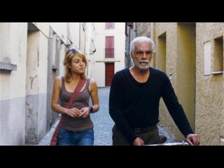 Un homme d'âge mur et une jeune fille marchent dans la rue