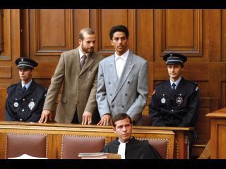 Omar, entouré de son avocat et de policiers lors de son procés