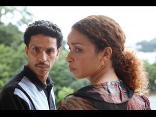 Omar et une femme, l'air triste