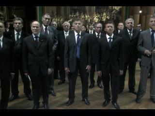 Groupe d'hommes en costumes cravates, debout face caméra