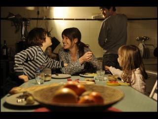 Repas de famille autour d'une table, dans une cuisine