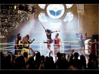 Sur un ring de boxe, des danseurs dansent