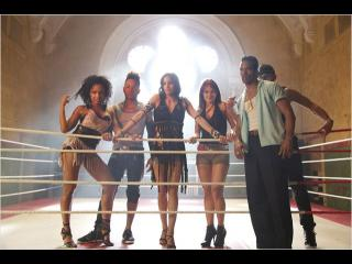Sur un ring de boxe, des danseurs posent