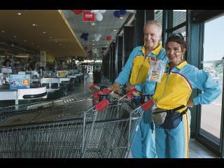 Un couple, habillé de manière assortie, au supermarché