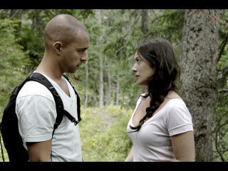 Un homme et une femme face à face se regardent dans les yeux