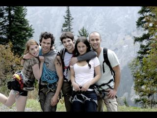 Groupe d'amis randonneurs posant pour une photo de groupe
