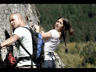 Deux randonneurs accrochés au versant d'une montagne
