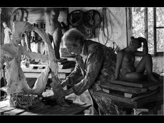 Un sculpteur travaille dans son atelier