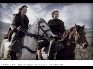 Deux jeunes chevaliers chevauchent leurs montures dans les champs