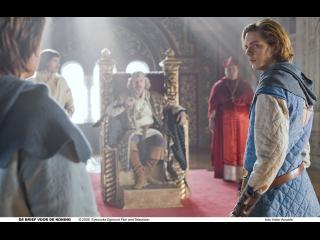 Deux jeunes chevaliers s'approchent d'un roi assis sur le trône