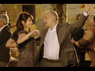 Homme dansant avec une jeune femme lors d'un bal de village