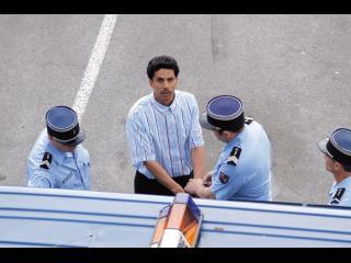 L'incarcération d'Omar : trois policiers l'escorte lors de sa montée dans un camion de police