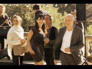 Un homme et une jeune femme quittant la piste de danse lors d'un bal de village