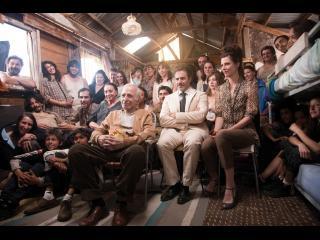 Personnes assises côte à côte regardant tous vers la même chose