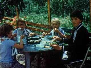 Repas de famille dans un jardin
