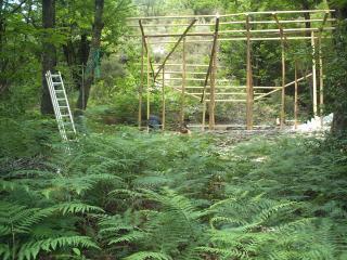 Structure d'une maison en construction, dans la forêt