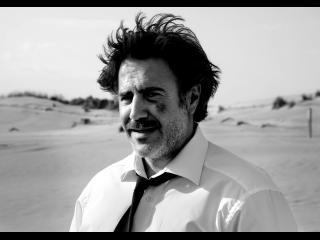 Photo en noir & blanc d'un homme qui s'est battu (José Gracia), dans une étendue désertique