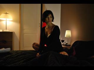 Femme assise sur un lit, en tailleur
