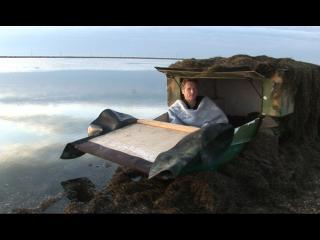 Le réalisateur Philippe Lespinasse dans une cabane au bord de l'étang