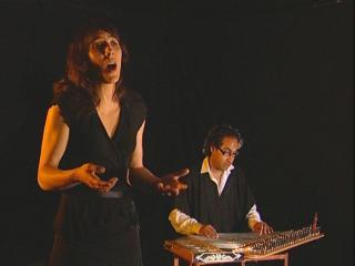 Femme chantant accompagnée par un homme jouant d'un instrument oriental