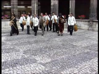 Ensemble de musique arabo-andalouse Albaycin marchant sur une place