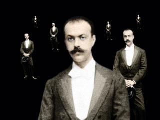 Italo Svevo en costume, démultiplié dans l'image