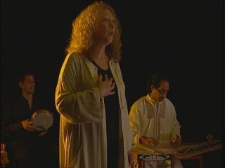 Femme chantant accompagnée par un groupe de musique orientale