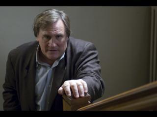 Le commissaire Bellamy montant les escaliers