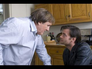 Le commissaire Bellamy et un homme discutant