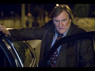 Le commissaire Bellamy, devant sa voiture