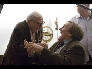 Le commissaire Bellamy riant avec une homme d'un certain âge
