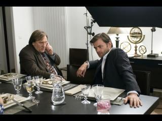 Le commissaire Bellamy assis à un bureau avec un homme