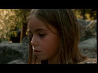 Gros plan sur le visage d'une petite fille blonde