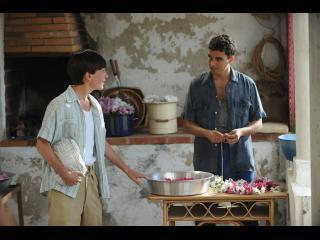 Un adolescend et un jeune homme discutant dans une cuisine