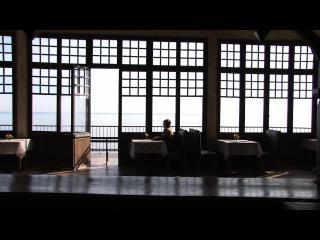 Un homme est assis, seul, à une table, au belvédère de Cerbère