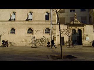 Guy Delisle marchant dans une rue de Montpellier