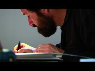 Gros plan sur Guy Deslisle en train de dessiner