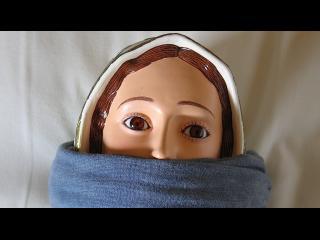 Gros plan sur le visage d'une statue de la vierge Marie, baillonée