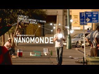 Une rue, dans un pays anglophone, un homme marche au centre, une boule de lumière dans les mains, au-dessus et en-dessous, le titre et le nom du réalisateur
