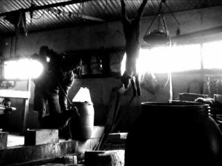 Photo en noir & blanc d'un abattoir