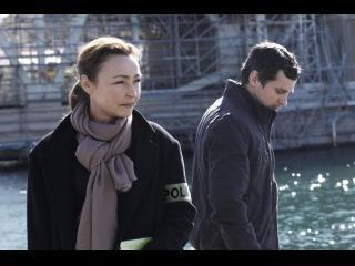 Fabienne et un policier, au bord de l'eau