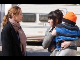 Fabienne parlant à une femme portant un enfant
